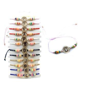 Pulsera ajustable de hilo con letra y  cristales, mod y colores surtidos.