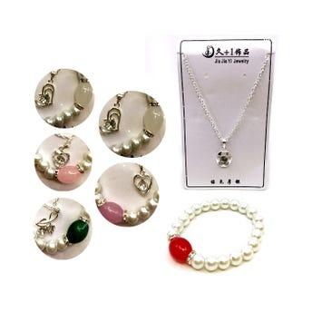 Collar con dije de cristal en set con pulsera de perlas, modelos surtidos.